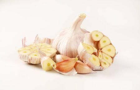 cibule a hřebíček čerstvého česneku na bílém pozadí Reklamní fotografie