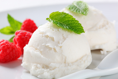Two scoops of white ice cream with fresh raspberries Reklamní fotografie - 107581113