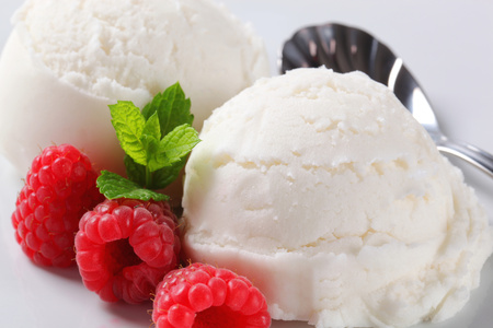 Two scoops of white ice cream with fresh raspberries Reklamní fotografie - 107581118