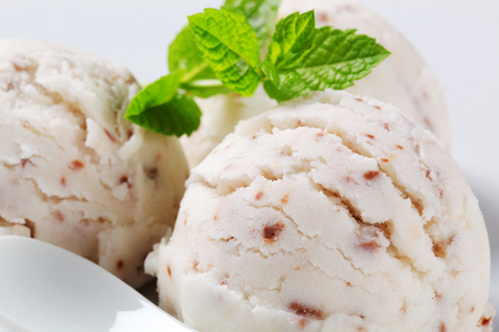 Scoops of stracciatella ice cream Reklamní fotografie - 107581069