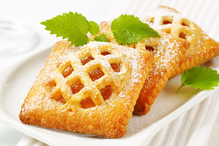 Little lattice-topped pies with apricot filling Reklamní fotografie - 115159748
