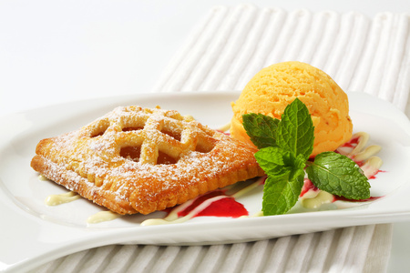 Little lattice-topped apricot pie with a scoop of ice cream Reklamní fotografie - 115159761