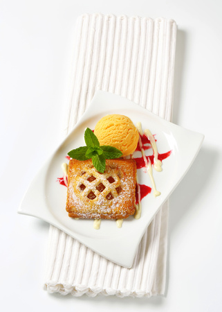 Little lattice-topped apricot pie with a scoop of ice cream Reklamní fotografie - 115160183