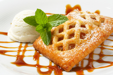 Little lattice-topped apricot pies with a scoop of ice cream Reklamní fotografie - 115160226
