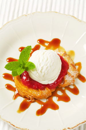 Spritz butter cookie with raspberry sauce and scoop of white ice cream Reklamní fotografie - 115160241