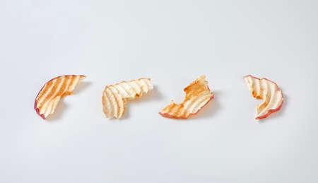Dried apple slices (apple chips) in a row Zdjęcie Seryjne