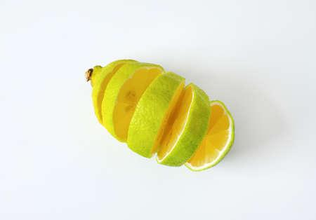 Lemon with green peel and yellow flesh, sliced Zdjęcie Seryjne