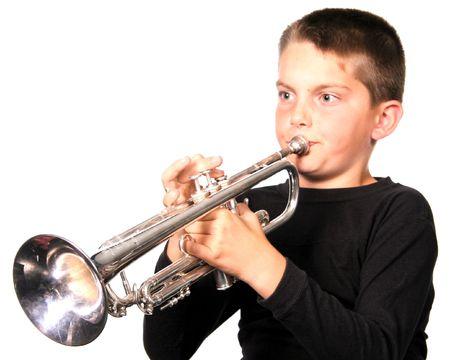 trompeta: Chico joven jugando trompeta instrumento