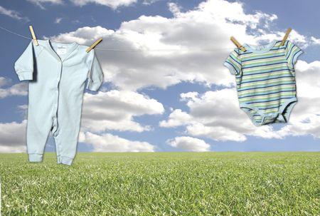 """insertar: Ropa al aire libre en una fantas�a del cielo y de antecedentes Grass (Insertar para beb�s en Equipa en el Medio """"colgante"""" Adorably!)"""