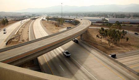 aerial: Vista di una autostrada di interscambio nella California del Sud