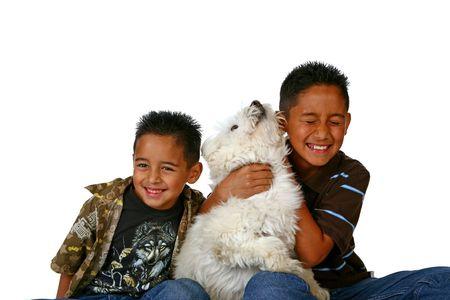 ni�os latinos: Felices los ni�os latinos con el perro de la familia de juego