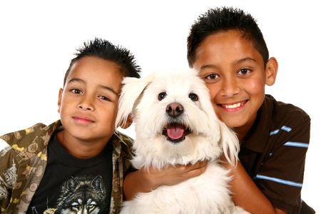 ni�os latinos: Dos chicos latinos y sus familias perro en blanco  Foto de archivo