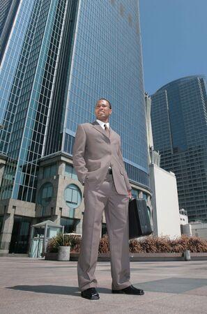 black business man: Beau noir homme d'affaires en plein air � c�t� de gratte-ciel  Banque d'images