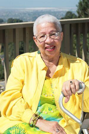 Lachend African American Woman Sitting Outdoors Met Haar Cane Stockfoto - 3486860