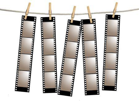Bianche striscia di pellicola da 35 mm negativi da appendere Una corda da Clothespins  Archivio Fotografico - 3544360