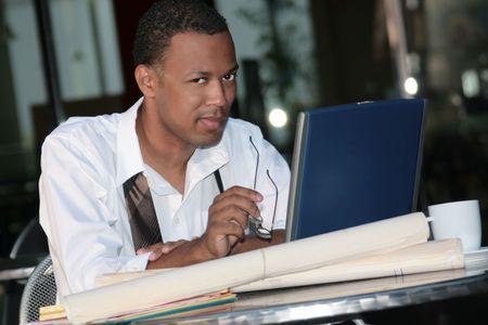 black business man: Black Business Man travailler � l'ext�rieur sur un ordinateur portable pour r�pondre � un d�lai