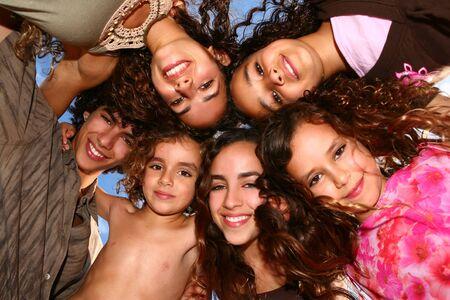 israeli: Feliz grupo de ni�os mirando hacia abajo y sonriente Foto de archivo