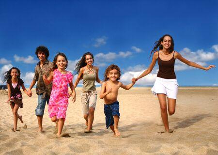 israeli: Correr los ni�os en la playa con intencional Motion Blur Foto de archivo