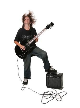 J�venes adolescentes Teen jugando guitarra el�ctrica negro sobre fondo blanco con amplificador Foto de archivo - 3938433