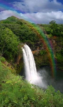 Water val in Hawaï met een kleurrijk Fan tas tic Rainbow  Stockfoto