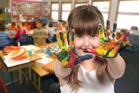 ni�os pensando: Pareja de ni�os en edad escolar de pintura con las manos en la clase