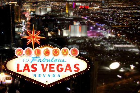 welcome sign: Bienvenue � Las Vegas, signe avec la bande de Gaza dans l'arri�re-plan Banque d'images