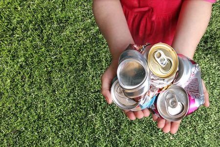 Aluminiumdosen Crushed Für Recycling in einem Childs Hands Standard-Bild - 4703290