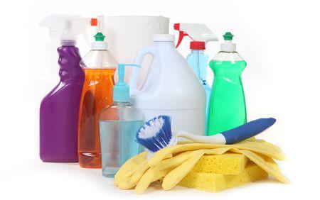 schoonmaakartikelen: Diverse huishoudelijke schoonmaakmiddelen op witte achtergrond