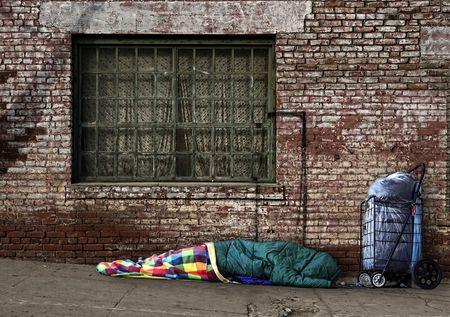vagabundos: Alma sin hogar durmiendo en las calles en un saco de dormir al aire libre