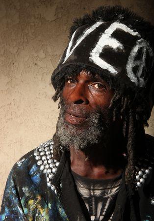 Dredlocks と一時的なホームレスのアフリカ系アメリカ人男性の厳しい肖像画