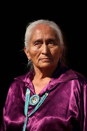 伝統的な手作りのトルコ石ジュエリーを身に着けて美しいナバホ族の長老 写真素材