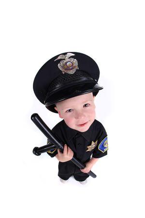 patrol cop: Divertida imagen adorable de un holding de oficial de polic�a de ni�o un Stick de noche Foto de archivo
