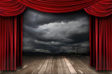 teatro: Escenario brillante con cortinas de teatro de terciopelo rojo y dram�tico fondo de Sky  Foto de archivo