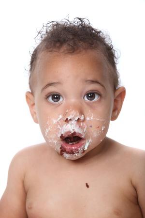 mulato: Ni�o desordenado comer pastel en su primer cumplea�os