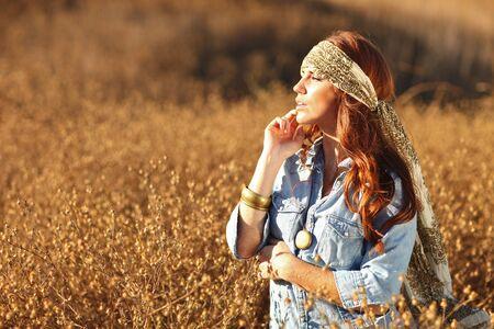 夏の間のフィールドで若くてきれいな女性