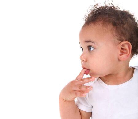 mulato: Adorable raza mixta beb� ni�o chico en blanco