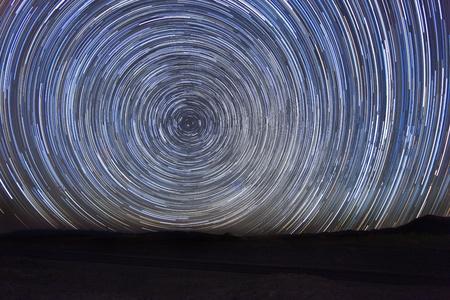 夜の星の長時間露光時間経過イメージ