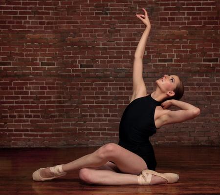 ballet ni�as: Bailarina de la mujer en el estudio