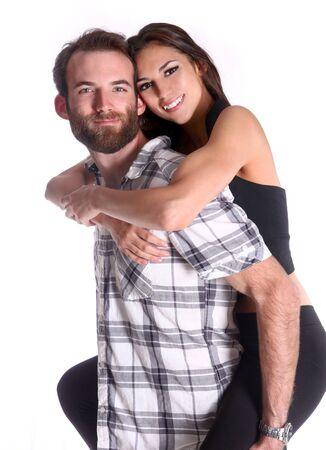 Lachend Happy Couple meeliften zijn mooie vriendin