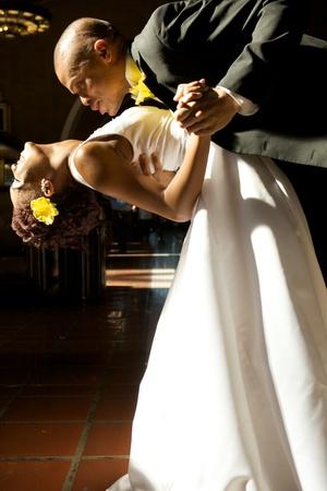Afro-Amerikaanse bruid en bruidegom op hun trouwdag Stockfoto