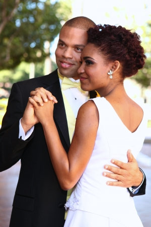 couple afro americain: Africaine mari�e et le mari� am�ricain jour de leur mariage Banque d'images