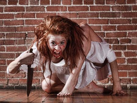 hemorragias: Mujer en situación de horror con la cara ensangrentada