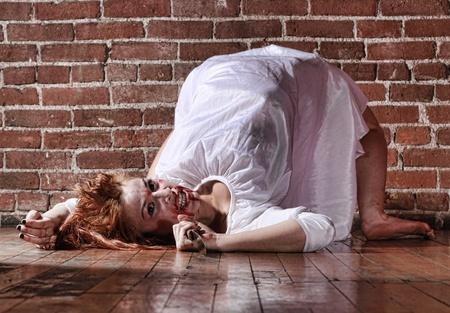 manic: Woman in situazione Horror Con volto insanguinato Archivio Fotografico
