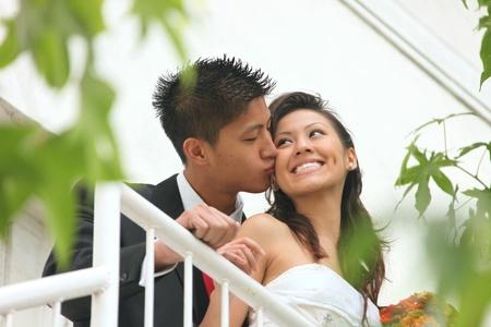 아시안 아메리칸 웨딩 커플 야외
