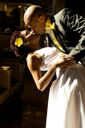 자신의 결혼식을 하루에 아프리카 계 미국인 신부와 신랑 스톡 콘텐츠