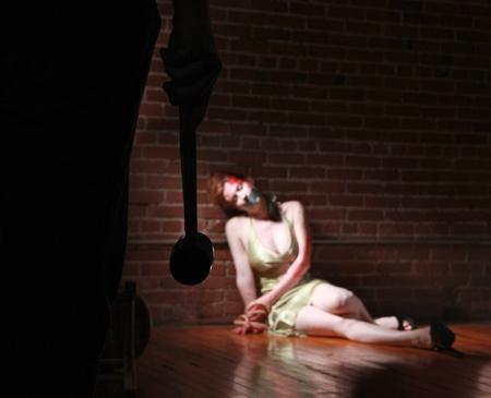 atados: Imagen de una escena del crimen en curso con una mujer atada Foto de archivo