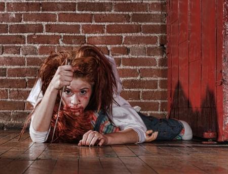 manic: Donna in Situazione Horror con volto insanguinato