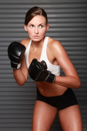 Femme Intense Avec Boxing Gear photo