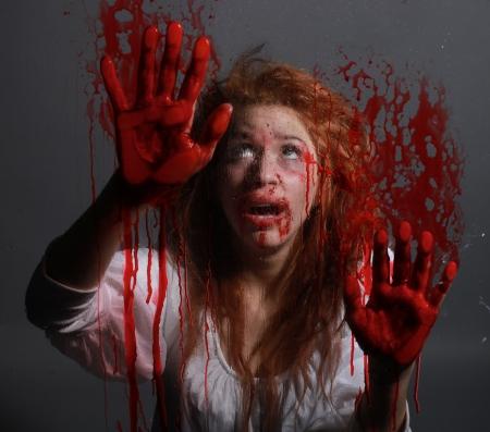 evil girl: Donna in Situazione Horror con volto insanguinato