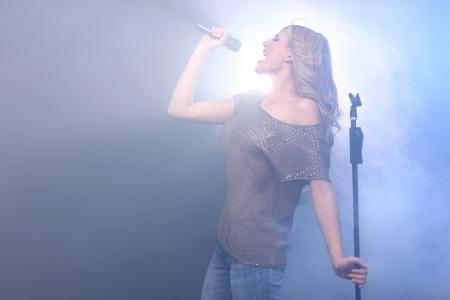 금발의 록 스타 무대에서 노래 및 공연